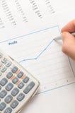 Gráfico de lucro do analyzint do homem de negócios imagens de stock royalty free