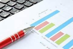 Gráfico de negócio com pena vermelha Imagens de Stock Royalty Free