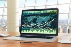Gráfico de negocio con las flechas que brillan intensamente en la pantalla del ordenador portátil en TA de madera Foto de archivo
