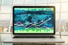 Gráfico de negocio con las flechas que brillan intensamente en la pantalla del ordenador portátil en TA vidriosa Fotografía de archivo