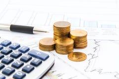 Gráfico de negocio con las monedas Imágenes de archivo libres de regalías