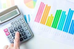 Gráfico de negocio financiero con la calculadora Concepto del dinero del ahorro foto de archivo