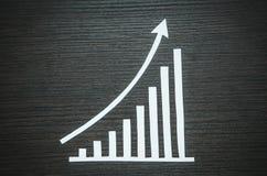 Gráfico de papel do crescimento no fundo de madeira Fotos de Stock Royalty Free