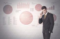 Gráfico de setores circulares e números na parede com vendedor fotos de stock royalty free