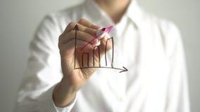 Gráfico del crecimiento de la escritura de la mujer en la pantalla transparente La empresaria escribe a bordo fotos de archivo