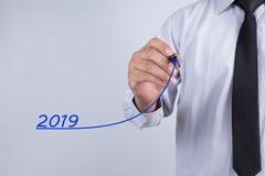 Gráfico del crecimiento de la escritura de la mano del hombre de negocios por el año 2018 Negocio, f Imagen de archivo