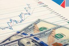 Gráfico del mercado de acción con 100 dólares de billete de banco - tiro ascendente cercano del estudio Imagen filtrada: efecto p Foto de archivo
