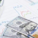 Gráfico del mercado de acción con la calculadora y 100 dólares de billete de banco - ascendente cercano Fotografía de archivo libre de regalías