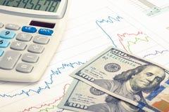 Gráfico del mercado de acción con la calculadora y 100 dólares de billete de banco - tiro del estudio Imagen filtrada: efecto pro Foto de archivo libre de regalías