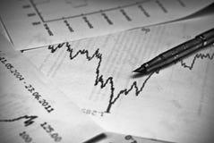 Gráfico del mercado de acción con una pluma Imágenes de archivo libres de regalías