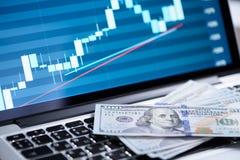 Gráfico del mercado de acción en la pantalla del ordenador portátil Fotos de archivo libres de regalías