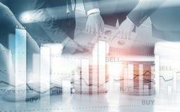 gráfico em fileiras das moedas Diagrama de carta financeiro do gráfico da compra e venda de ações Troca e conceito de troca fotos de stock