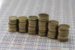 Gráfico feito das moedas no fundo da planilha fotografia de stock