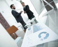 Gráfico financiero en la mesa en la oficina Imagen de archivo libre de regalías