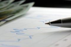 Gráfico financiero usado para considerar, analizar o el comercio del mercado de acción Foto de archivo