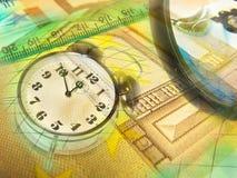 Gráfico, lupa, dinero y reloj, collage foto de archivo