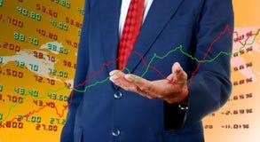 Gráfico mayor de los datos de intercambio de la acción del analista del hombre de negocios Fotografía de archivo libre de regalías