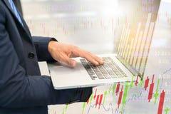 Gráfico no caderno, conceito da verificação do homem de negócios da finança fotos de stock royalty free