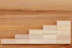 Gráfico ou etapas de madeira no fundo de madeira Estreptococo do sucesso comercial foto de stock