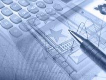 Gráfico, pena, dinheiro e teclado, colagem nos azuis Fotos de Stock