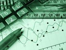 Gráfico, pluma y calculadora, collage (verde) foto de archivo libre de regalías