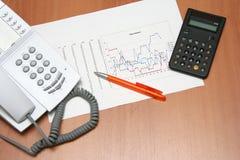 Gráfico y calculadora del teléfono Imágenes de archivo libres de regalías