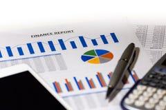 Gráficos, cartas, vector del asunto El lugar de trabajo de hombres de negocios Informe de las finanzas imágenes de archivo libres de regalías