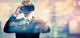 Gráficos com o homem de negócios que usa uma realidade virtual Foto de Stock