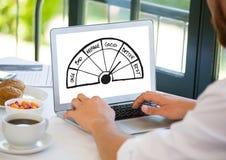 Gráficos da avaliação no portátil com homem Foto de Stock
