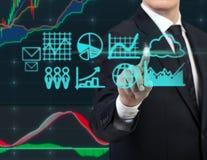 Gráficos da imprensa do homem de negócios Fotos de Stock