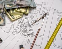 Gráficos de engenharia com dinheiro, Fotografia de Stock Royalty Free