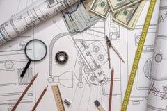 Gráficos de ingeniería con el dinero, herramientas del trabajo Foto de archivo
