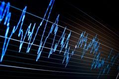 Gráficos de la bolsa en el monitor del ordenador. Imágenes de archivo libres de regalías