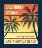 Gráficos de la camiseta de California con las palmas Diseño de la camiseta, impresión, tipografía, etiqueta, insignia Fotografía de archivo