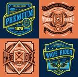 Gráficos de la camiseta del emblema del vintage que practican surf stock de ilustración