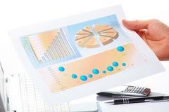 Gráficos de negócio e mão masculina fotografia de stock