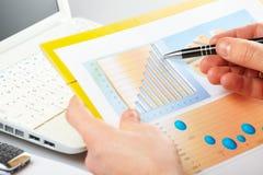 Gráficos de negócio e mão masculina com pena foto de stock