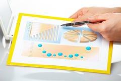 Gráficos de negócio e mãos masculinas fotografia de stock