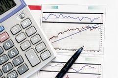 Gráficos de negócio que computam Imagens de Stock Royalty Free