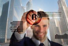 Gráficos de negócio virtuais interativos da exposição do homem Crie a carteira do bitcoin Bitcoin cripto de mineração da moeda Re imagem de stock