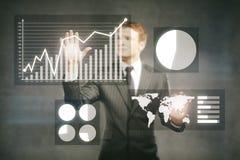 Gráficos de negocio de manejo del hombre de negocios Imágenes de archivo libres de regalías