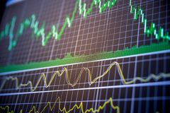 gráficos de troca financeiros no monitor Foto de Stock