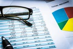 Gráficos do mercado de valores de ação da contabilidade financeira indicação da análise fotografia de stock
