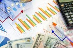 Gráficos e calculadora, pena e dinheiro Foto de Stock