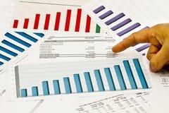 Gráficos e cartas com dedo Imagens de Stock