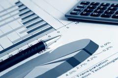 Gráficos e cartas do mercado de valores de acção. Fotos de Stock
