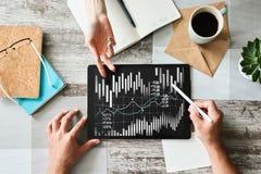 Gráficos e cartas financeiros na tela Estrangeiros e troca do mercado de valores de ação Retorno sobre o investimento fotografia de stock