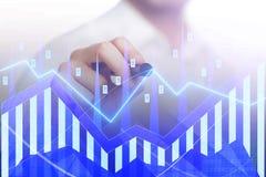 Gráficos e homem de negócios do mercado de valores de ação Imagens de Stock Royalty Free