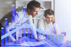 Gráficos e homens de negócios dos estrangeiros Imagens de Stock