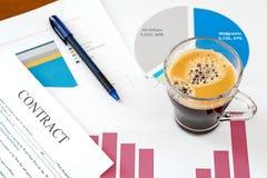 Gráficos e xícara de café de negócio imagens de stock royalty free